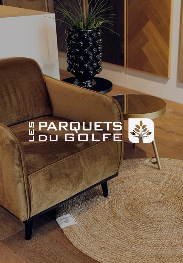logo Les Parquet Du Golfe sur image d'ambiance salon parquet fauteuil